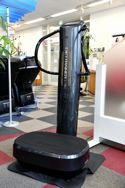 フジ医療器の「ダイエットトレーナー コア DT-C1000」。ポージングアシストバーを含めた本体サイズは幅約67.5×奥行き約83.5×高さ約136.0cmとけっこうな存在感で、重量も約55kgとかなり重い。実売価格は30万円弱(8月6日現在)と、業務用に比べればかなり安いものの、家庭用としてはかなり攻めている