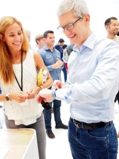 発表会後、CEOのティム・クック氏もApple Watch Series 3を満足そうに試していた