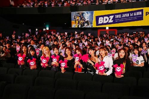"""9月2日に開催された「JAPAN 1st ALBUM『BDZ』PREMIUM 試写会」。メンバーが手にするのは""""愛""""を象徴するキャラクター「ラブリー」"""