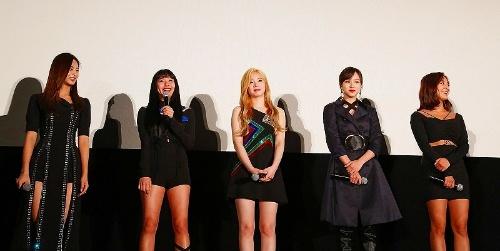 写真左よりメンバーのツウィ、チェヨン、ダヒョン、ミナ、ジヒョ