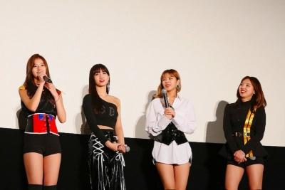 写真左よりメンバーのサナ、モモ、ジョンヨン、ナヨン