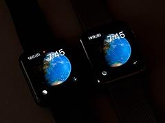暗い部屋で見ると左のApple Watch Series 2のほうが明るいことが分かる