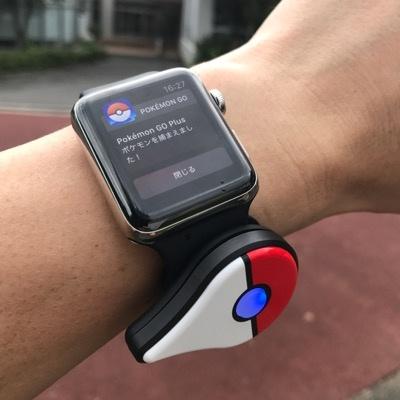 Apple Watchのスポーツバンドに、ポケモンGOプラスのクリップがぴったり合った。ポケモンGOプラス付属のバンドもよいが、Apple Watchユーザーにはこっちもお勧めだ