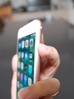 スリープ/スリープ解除ボタンは画面右側面の上にあるので、そこに中指を置いて同時に押し、そのまましばらく待つ