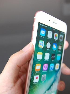 iPhoneの音量を下げるボタンは本体左側面の一番下にあるので、そこに親指を置く