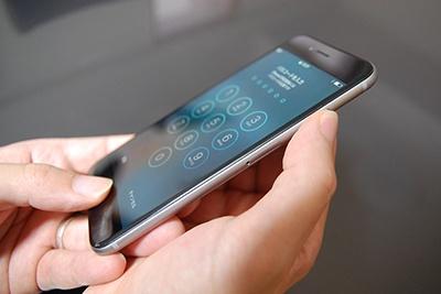 iPhone 6で強制再起動するには、ホームボタンとスリープボタンを同時に押し、そのままの状態でしばらく待つ
