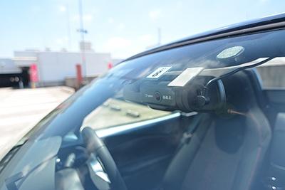 運転の状況を記録するドライブレコーダーは、車に取り付けておきたいところ。最近は小型で高性能な製品も多い。写真は「DRY-WiFiV3c」(ユピテル)