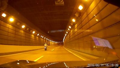 ハイダイナミックレンジ撮影(HDR)またはワイドダイナミックレンジ撮影(WDR)は名前が違うものの、暗い場所でも明るく撮影できる。トンネル内や夜間の撮影に強い。画面は「DN-13729」(上海問屋)で撮影した映像