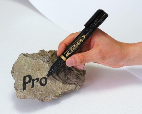 コンクリートの廃材にもはっきり書ける