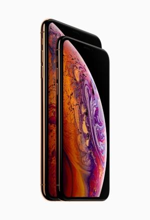 5.8型のiPhone XS(右)と6.5型のiPhone XS Max(左)