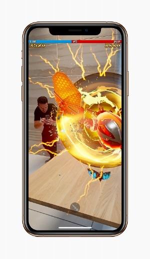 新型iPhone発表会で披露されたARゲーム「Galaga AR」。リリース時期、価格などの詳細は公表されていないが、XS、XS Max専用ゲームになることはこれまでの例から考えにくい