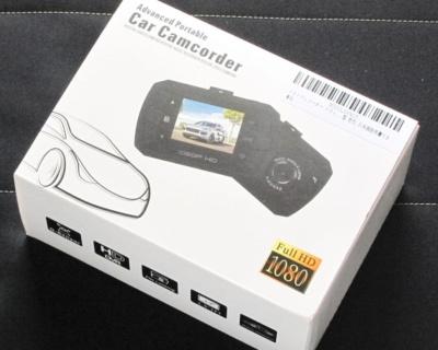 2980円で買えるお手ごろ価格のドラレコ。記録画質は1080p/30fpsで、32GBまでのmicroSDカードに対応する。駐車監視モードも搭載する