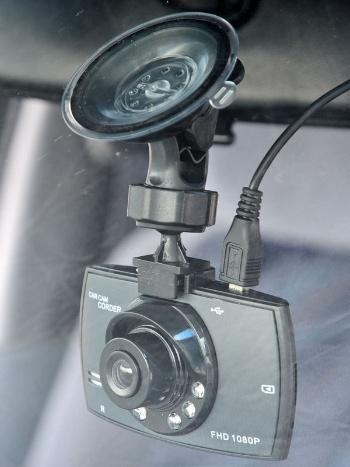 ドラレコ1を取り付けたところ。レンズの周囲に赤外線LEDを搭載しているのが目立つ。ケーブルは上部に接続するので、見た目がスッキリする