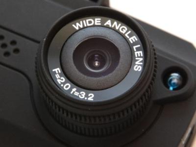 ドラレコ2。「WIDE ANGLE LENS」と記されたレンズはガラス製とのこと。焦点距離は3.2mmで、画角は約120度。明るさはF2.0と明るい