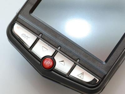 ドラレコ3の操作ボタン。一番右は緊急録画ボタンで、中央の赤い「P」ボタンは駐車モード用だ