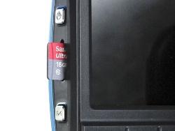 ドラレコ3のみ、メモリーカードスロットとminiUSB端子に加え、HDMI端子とAV出力端子を備えるのが目を引く