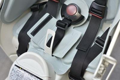チャイルドシートのバックルの部分にサポート板が追加され、子どもがおしりで踏んでバックルを見失わないように改善されている