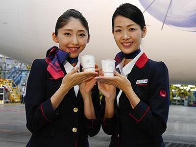 香港線を除くすべての中国線の機内で、ドラえもん仕様の紙コップによるドリンクサービスが提供される