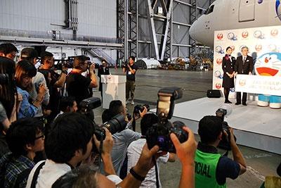 お披露目会見では、中国語と日本語のパネルが掲げられた。中国からも大勢の報道陣が取材に訪れていた