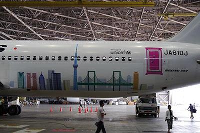 機体後部には東京の町並みが描かれている