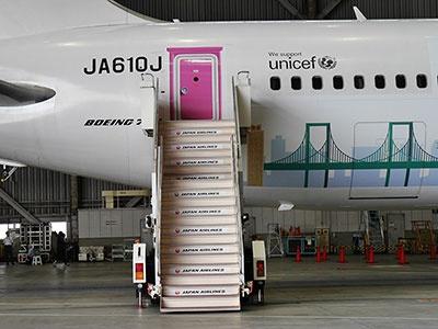 ドアは「どこでもドア」になっている。ここをくぐって日本や中国に行こうというわけだ