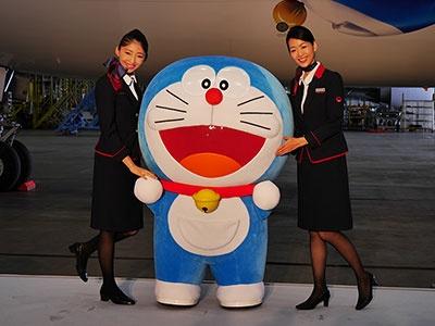 お披露目会見にはドラえもんも登場。一緒に記念撮影する中国報道陣も多く、中国での人気の高さが実感できた