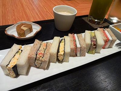 歌舞伎座タワー5階にある「寿月堂」の「築地 シーフードサンド(スープ、デザート、芽茶の冷茶付き)」(税込み1450円)。築地で仕入れた新鮮な食材と、丸山海苔店の「こんとび海苔」を使用した「シーフード」「はんぺんと明太子」「マグロとアボカド」「たまご」のサンド。香り高いこんとび海苔とパン、和の食材が調和した新しい味わい