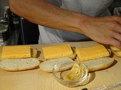 「すしやの卵サンド」を作っている成瀬氏。先輩寿司職人の技を盗みながら必死で習得し、何年もかけてやっと焼くことを許された、思いのこもった卵焼きだという