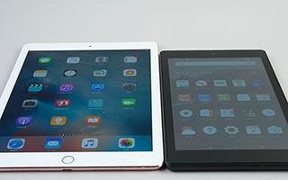 液晶が白っぽく見えるのは、iPad Proと比べると一目瞭然だ