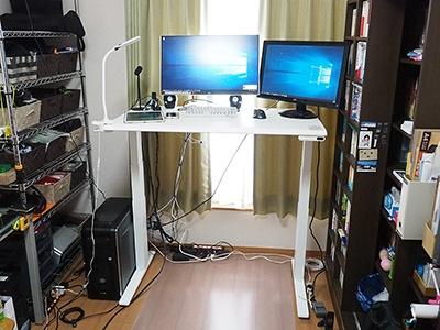 スイフトを設置し、PC関連ハードウェアのセットアップが完了した状態を撮影した。天板の高さは116センチ(メーター値)。まだ129センチ(メーター値)まで上げられるので、身長185センチの私より背の高い人でも利用可能だ