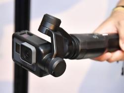 スタビライザーの手ぶれ補正機構が働き、ぶれない動画カメラとして単体で使えるようになる