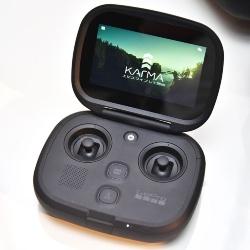 タッチパネル液晶を搭載した「Karmaコントローラー」が付属する。携帯ゲーム機のような外観だ