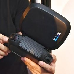 カメラの角度を変えるダイヤルや撮影ボタンを用意する
