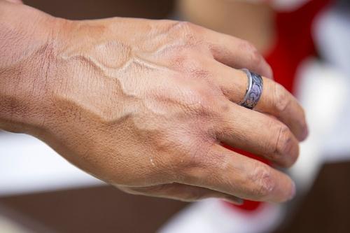 浮き出た血管、色が微妙に濃い関節、指輪の黒ずみまで本物に限りなく似せる