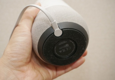 電源はケーブルで給電。バッテリーは内蔵していないので屋外などコンセントのない場所では使えない