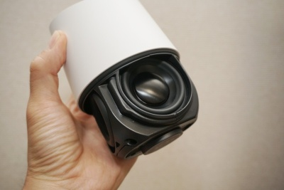 スピーカー構成はフルレンジユニットを1基、その両サイドにパッシブラジエーターを配置する