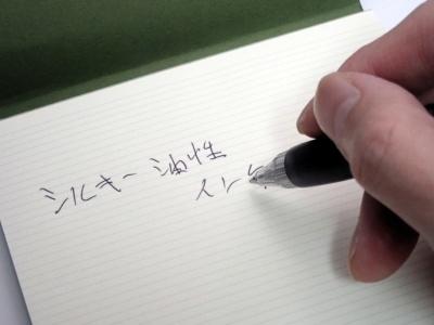 油性インクは滑らかでにじみにくい「シルキー油性」と名付けられている。紙の上での滑りの良さが際立つ書き心地だ
