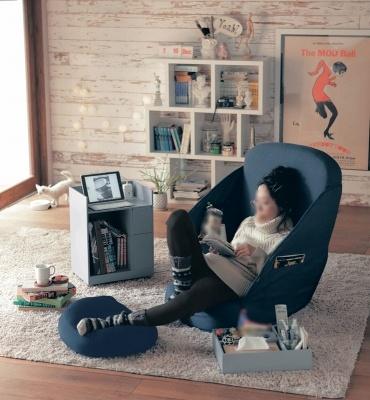 リラックスタイムに必要なものが全て持ち込める個室タイプの座椅子「包み込まれるような折りたたみ座椅子」(1万900円)。グレー、ネイビーの2色。座面もかなりの広さがあり、どんな姿勢でもくつろげる。ティッシュをサッと取り出せるティッシュ専用ポケットや雑誌やタブレットも入る大きめポケットが3つ、メガネやお菓子を定位置にセッティングできるループ付き。サイドが軟らかい布製なので、コンパクトに折りたたんで持ち運びできる
