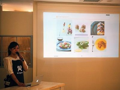 盛り付けのポイントを解説する管理栄養士の元雄桜子さん