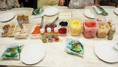 パワーサラダは、「野菜」「たんぱく質(が主栄養素の食材)」「フルーツ」「ナッツなどのトッピング」の4つの素材を組み合わせるサラダのことで、シンプルなオイル&ビネガードレッシングでいただく