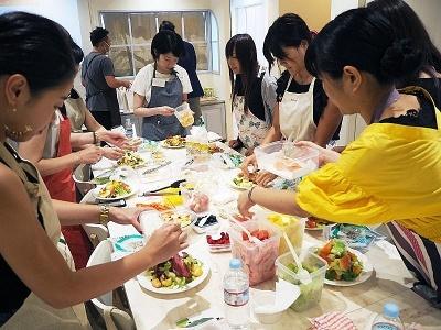 三角形の山状に盛った野菜の上に、用意されたさまざまな素材を参加者の好みの組み合わせでアレンジしていく
