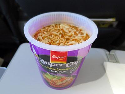 トムヤムクン味のカップラーメン。スクートの機内で一番人気だという