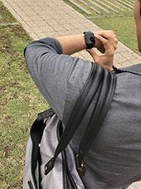 Apple Watchは、Siriを使って音声操作も可能だが、やはり両手操作が基本。両手が空いていないと、なにもできない