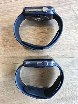 上がApple Watch 2、下が初代Apple Watch。Apple Watch 2のほうが若干厚みがある。両方ともアルミのスペースグレイだが、色合いも違う