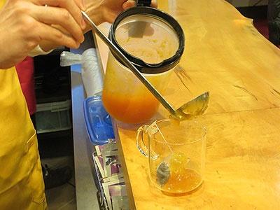 まずカップにティーバッグと果肉ソースを入れる