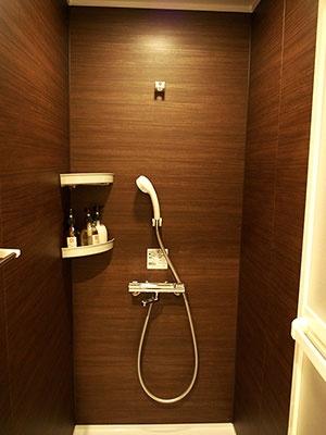 シャワールームには、シャンプー、コンディショナー、ボディーソープが用意され、タオル類やパジャマなどアメニティーが充実している