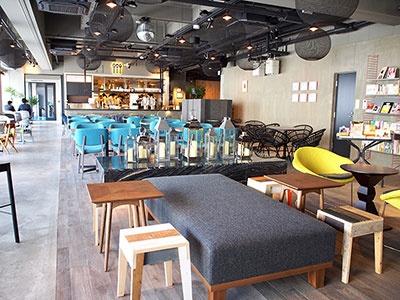 駅舎の2階に、レストラン&カフェとブックカフェ、バー&朝食ダイニング、卓球ラウンジ、ガーデンテラス、カプセルホテルといった機能を集結させた