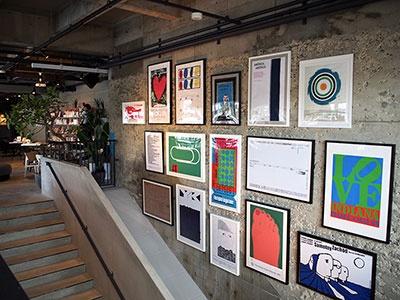 階段横の壁面にはグラフィックアートが掲げられ、ワクワク感を演出