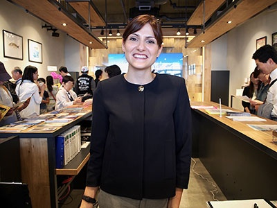 新しい観光案内所でガイド役を務めるイタリア人スタッフは4カ国語で対応