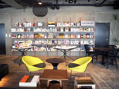 食事やお茶をしながら本を読める「ブックカフェ」とラウンジ。ブックコーディネーターがセレクトした本が並び、パソコンやフリーWi-Fiも完備